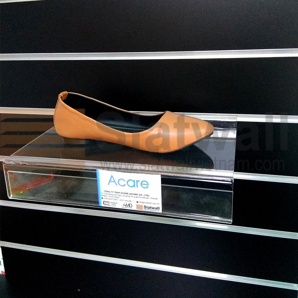 Kệ mica trưng bày sản phẩm cài tấm gỗ phay rãnh slatwall MCG09