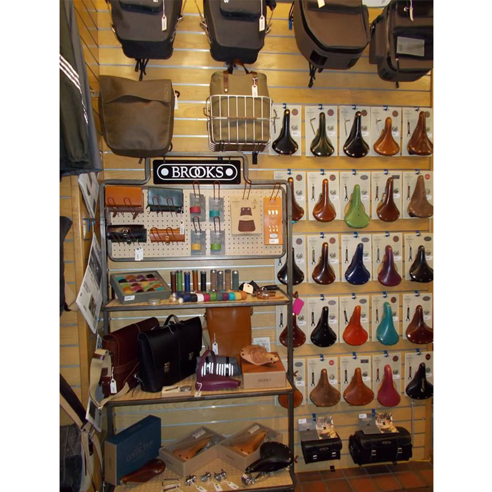 Kệ gỗ treo tường trưng bày túi xách balo thời trang